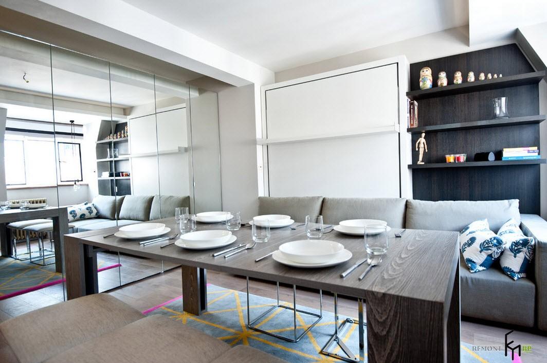 Стол для гостей в квартире-студии