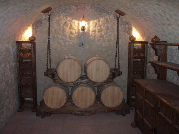 Внутренняя отделка винного погреба.